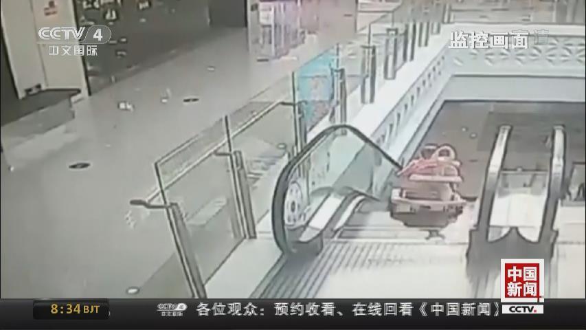 江蘇無錫:嬰兒騎學步車滾落扶梯 小夥飛身解救