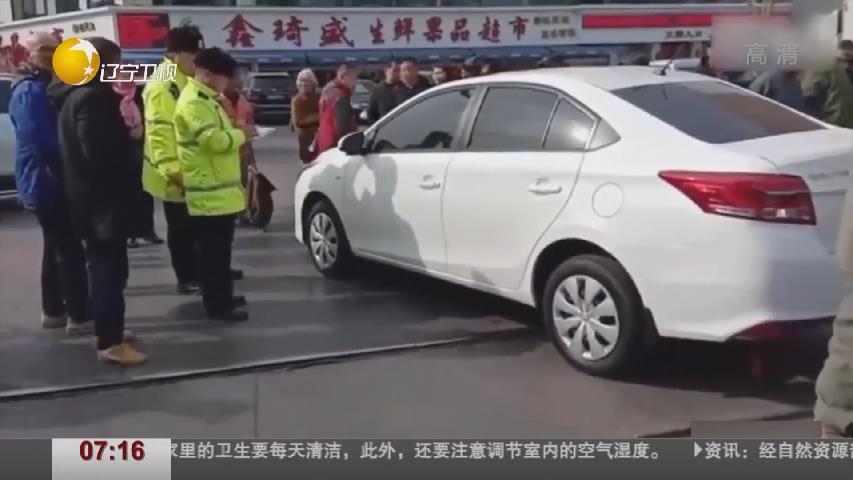 私家車違停逼停火車 目擊者:車主買菜去了