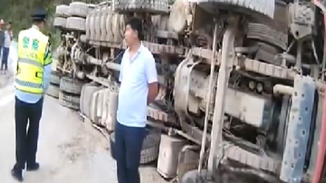 雲南保山:貨車側翻人員被困 多部門聯合施救