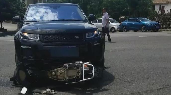貴州:十字路口不禮讓 摩托騎手被撞飛