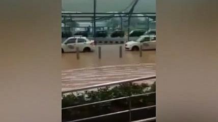印度:新德裏遭受暴雨襲擊 機場積水嚴重