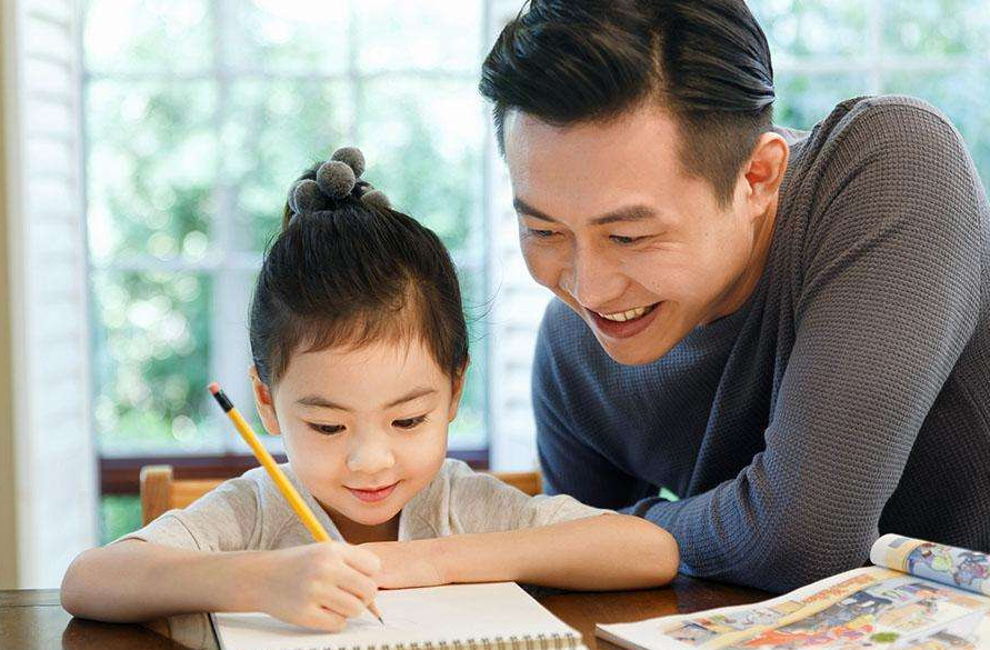 爸爸輔導女兒做作業驚動民警