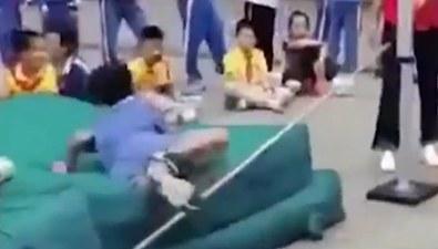 """校運會跳高比賽 男孩一""""躍""""逗樂全場"""