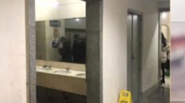 公廁鏡子正對小便器 設計師怎麼想的?