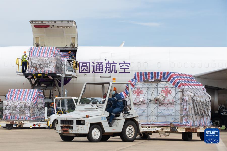 中国政府援助老挝第六批新冠疫苗抵达