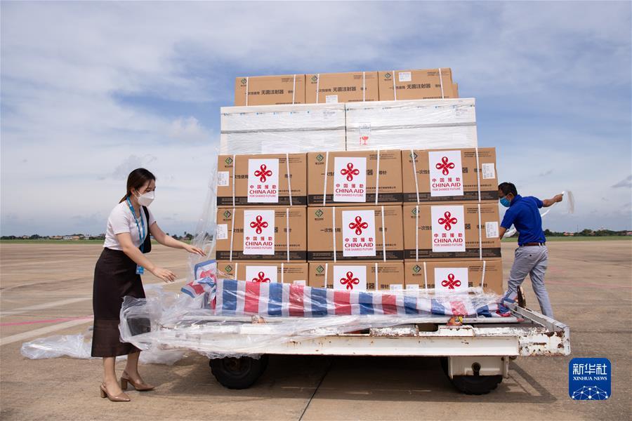 (国际疫情)(3)中国政府援助老挝第六批新冠疫苗抵达万象