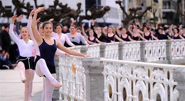 """西班牙慶祝""""舞蹈之月"""" 1400人街頭起舞"""