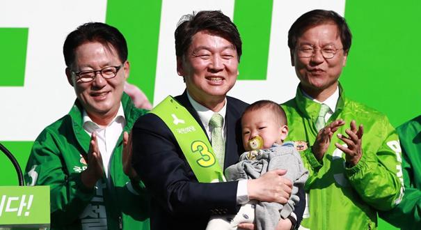 韓國總統候選人安哲秀為大選造勢 抱萌娃秀親民