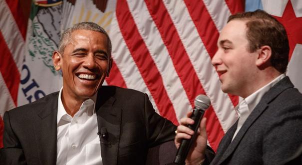 奧巴馬卸任後重返公眾舞臺 現身芝加哥大學演講談笑風生