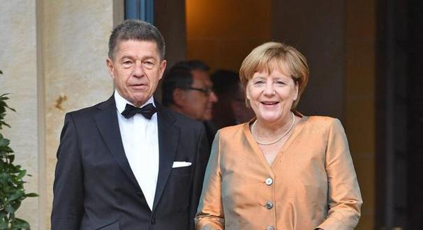 默克爾與丈夫參加音樂節活動 一襲金色禮服優雅亮相