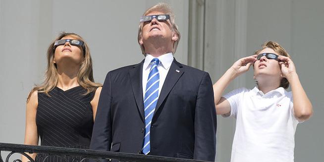 百年一遇日全食橫跨美國 特朗普偕家人白宮陽臺上觀看