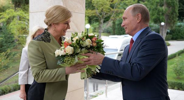 普京會見克羅地亞女總統 貼心送花