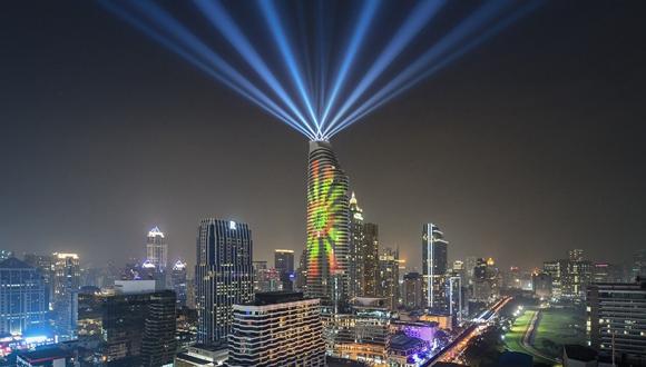 """泰國曼谷高樓上演""""美麗曼谷""""3D燈光秀"""