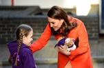 凱特王妃出席活動 獲小女孩贈送玩具熊