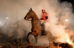 西班牙西北省慶祝傳統節日 民眾浴火策馬為動物祈福
