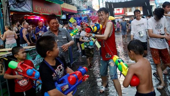 泰國民眾打水仗慶祝潑水節 濕身大戰一觸即發