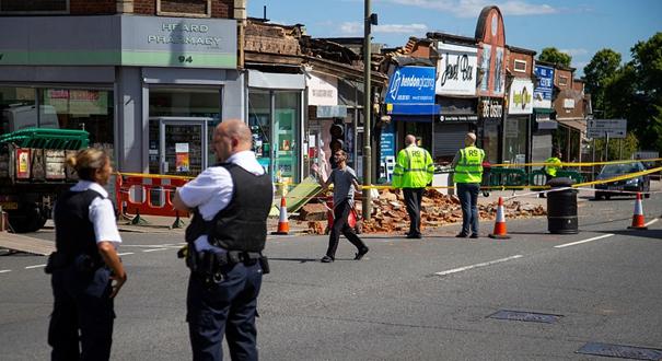 英國亨頓一排臨街商鋪發生坍塌 門前遍地廢墟