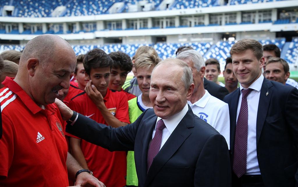 普京走訪加裏寧格勒會見國家隊主教練 與球員合影