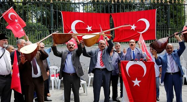 土耳其吟遊歌手市中心演出 攜國旗抗議美國制裁