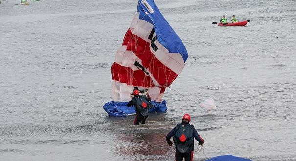 英國皇家空軍表演隊炫技發生失誤 兩名跳傘隊員降落海上