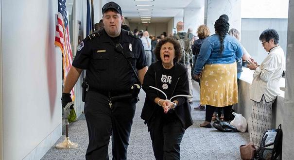 民眾闖進美國會反對最高法院大法官提名 示威者遭警方逮捕
