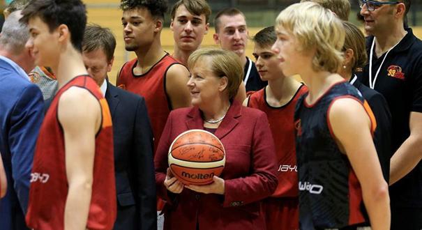 德國總理默克爾訪問籃球隊 獲贈簽名籃球