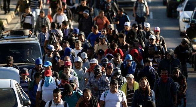 """約200名薩爾瓦多人組成的""""大篷車隊""""前往美國"""