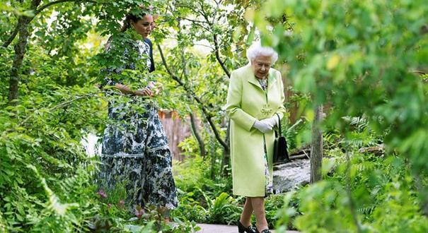 倫敦切爾西花展開幕 英國女王現身花叢笑容滿面