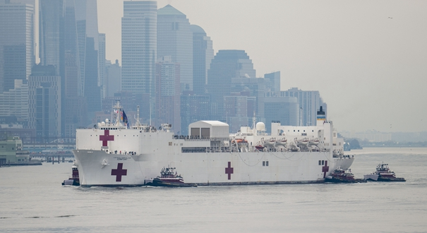 """美國海軍醫院船""""舒適""""號抵達紐約"""