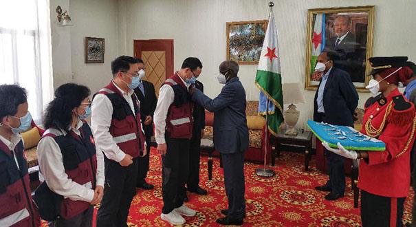 吉布提向中國抗疫醫療專家組頒授國家勳章