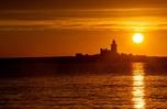 英國諾森伯蘭科凱特島海上升朝陽 霞光燦爛美不勝收