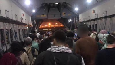 全球连线 现场直击:部分阿富汗民众进入喀布尔机场乘军用运输机离境