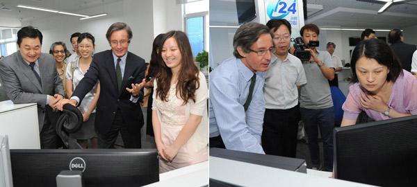 聯合國副秘書長朗斯基瀏覽新華網頁面並與編輯交流