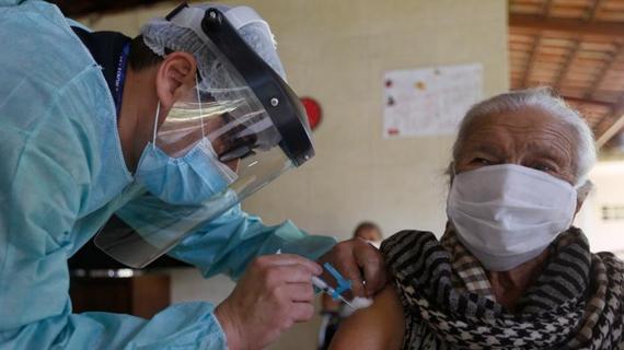 巴西福利院老人接種中國科興新冠疫苗